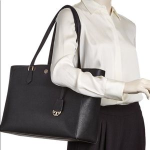 Tory Burch Robinson Large tote in Black Leather.
